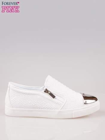 Białe buty slip on z efektem skóry krokodyla i srebrnym czubkiem