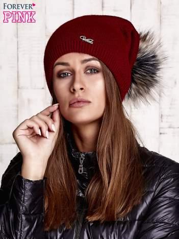 Ciemnoczerwona czapka z futrzanym pomponem i przypinką