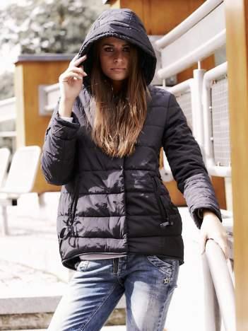 Czarna przejściowa kurtka z kapturem i suwakiem