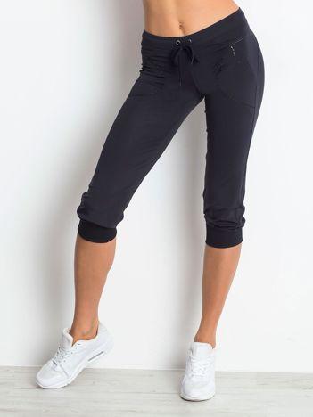 Granatowe spodnie capri z kieszonką