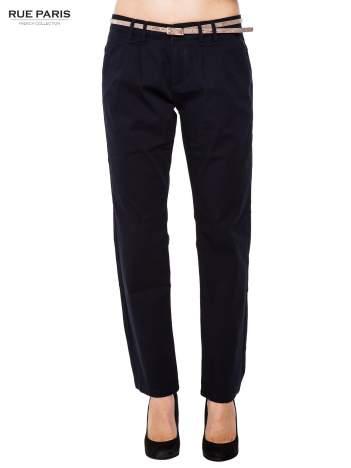 Granatowe spodnie z paskiem z lakierowanej skóry