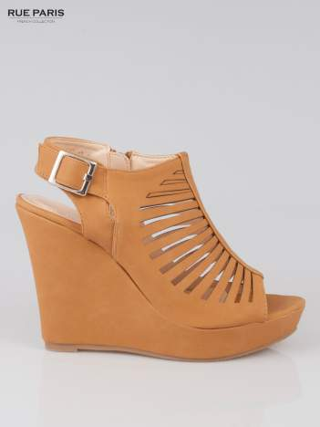 Karmelowe zamszowe sandały na koturnie