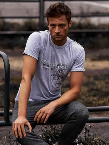 Szary t-shirt męski ze sportowym nadrukiem i napisami
