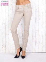 Beżowe materiałowe spodnie regular na guziki