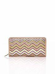 Beżowy pleciony portfel w geometryczne wzory