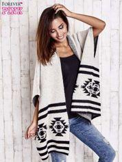 Beżowy sweter oversize w azteckie wzory
