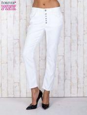 Białe jeansowe spodnie z przetarciami i guzikami