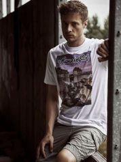 Biały t-shirt męski ze zdjęciem miasta