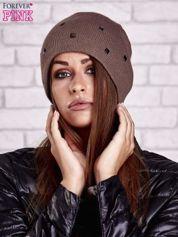 Brązowa czapka z metalowymi dżetami