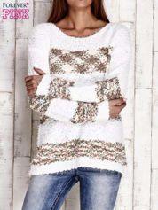 Brązowy puszysty sweter w kolorowe pasy