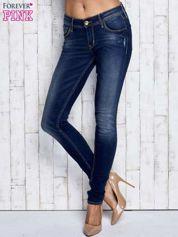 Ciemnoniebieskie spodnie jeansowe z przetarciami