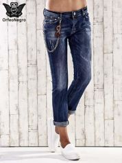 Ciemnoniebieskie spodnie regular jeans z łańcuszkiem