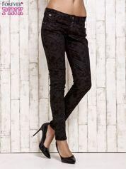 Czarne spodnie jeansowe rurki we wzór abstract