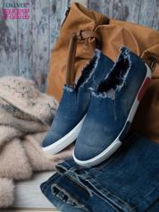 Denimowe buty slipon z postrzępioną cholewką