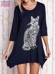 Granatowa sukienka z nadrukiem kota i błyszczącą aplikacją