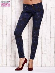 Granatowe spodnie skinny z motywem moro