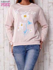 Jasnoróżowa bluza z nadrukiem kwiatowym i napisem