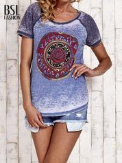 BY SALLY Niebieski t-shirt z różą efekt acid wash