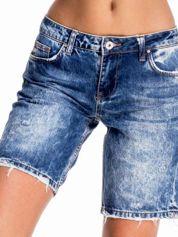 Niebieskie jeansowe szorty z dłuższą nogawką