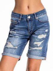 Niebieskie jeansowe szorty z podwijaną nogawką