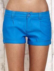 Niebieskie materiałowe szorty z podwijaną nogawką