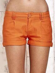 Pomarańczowe materiałowe szorty z podwijaną nogawką