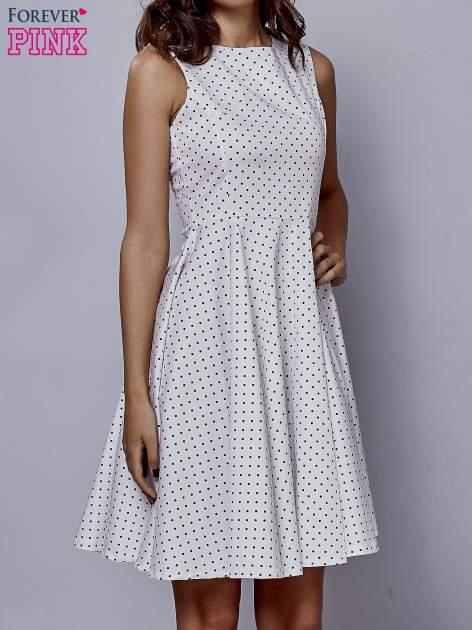 Biała rozkloszowana sukienka w groszki