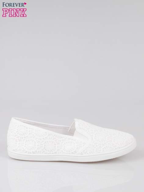 Białe koronkowe buty slip on