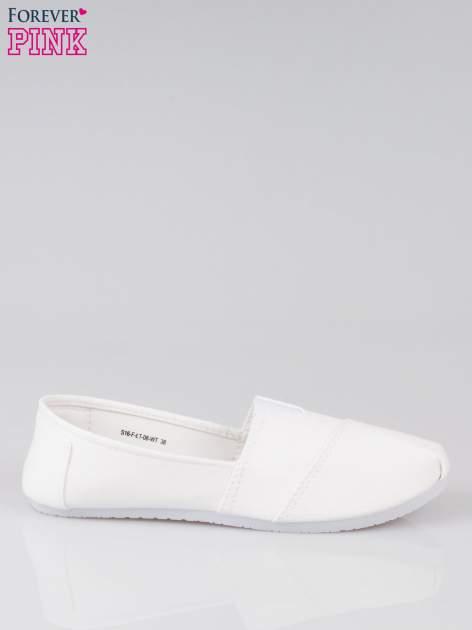 Białe lekkie buty slip on