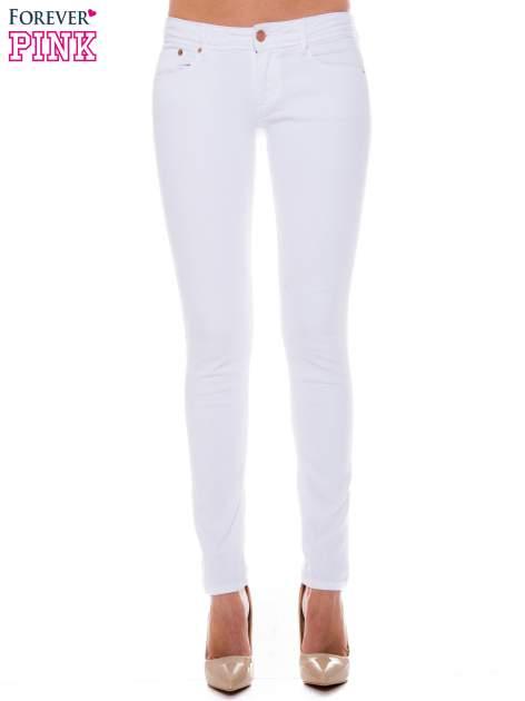 Białe spodnie jeansowe typu rurki