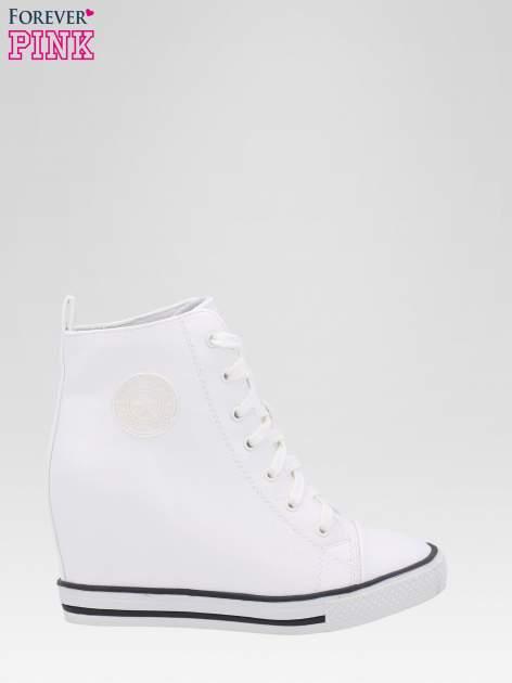 Białe trampki na koturnie w stylu sneakersów