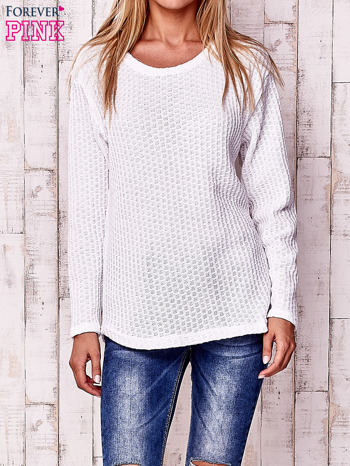 Biały dzianinowy sweter