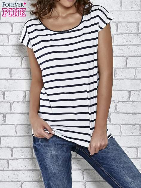 Biały t-shirt z motywem pasków
