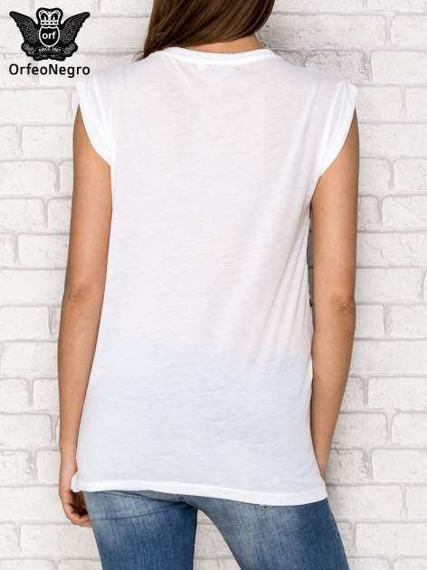 Biały t-shirt z nadrukiem dziewczyn z balonami