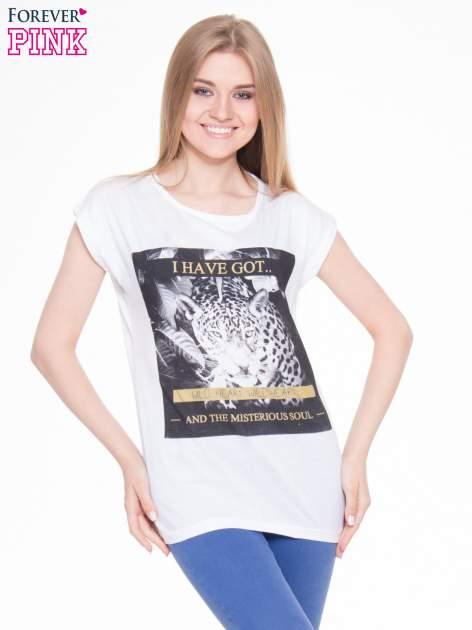 Biały t-shirt z nadrukiem lamparta