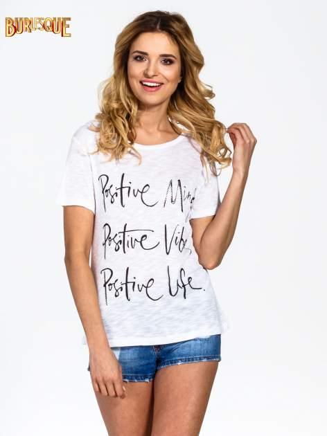 Biały t-shirt z napisem POSITIVE MIND z dżetami
