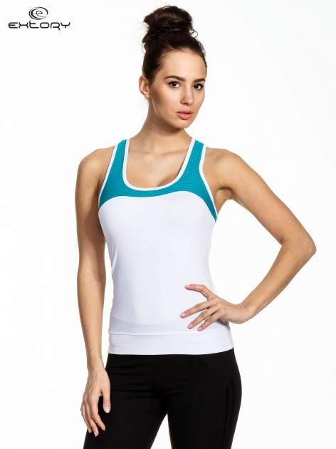 Biały top sportowy z siateczką i skrzyżowanymi ramiączkami