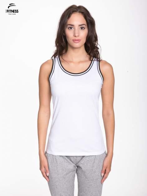 Biały top z kontrastową lamówką w stylu tenis chic