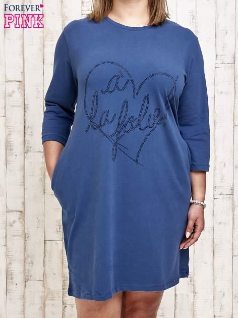 Ciemnoniebieska sukienka dresowa z dżetami PLUS SIZE