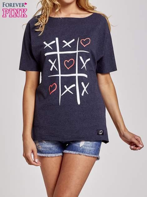 Ciemnoszary t-shirt z motywem serce i krzyżyk