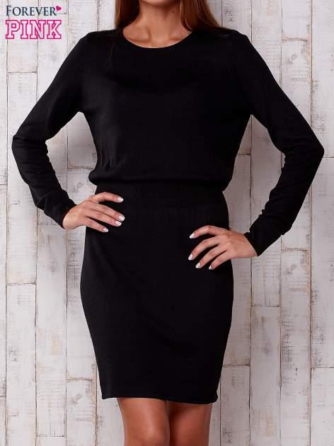 Czarna dzianinowa gładka sukienka ze ściągaczem w pasie