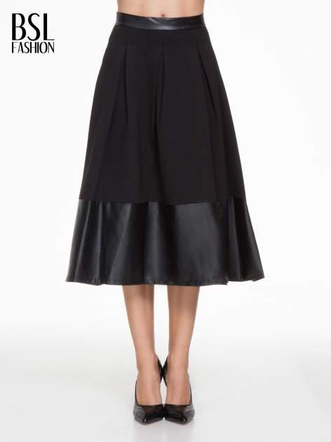 Czarna midi spódnica ze skórzanym pasem na dole
