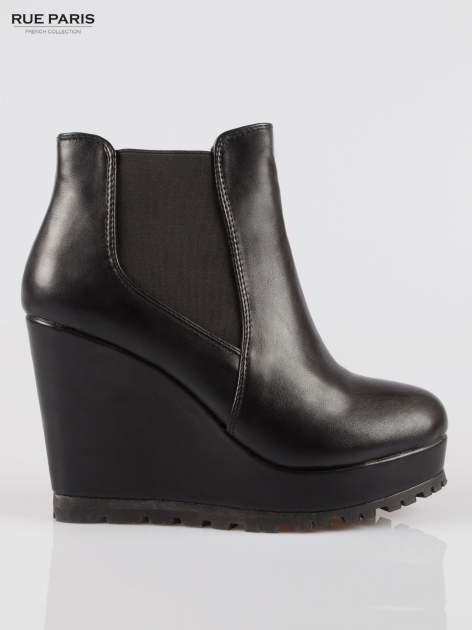Czarne botki na koturnie z elastyczną wstawką z boku