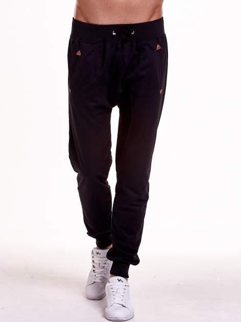 Czarne gładkie spodnie męskie ze skórzanymi wstawkami