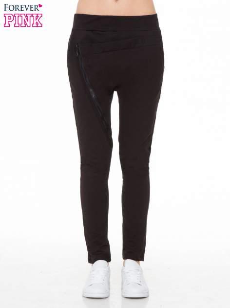 Czarne spodnie dresowe typu baggy z ozdobnym zamkiem