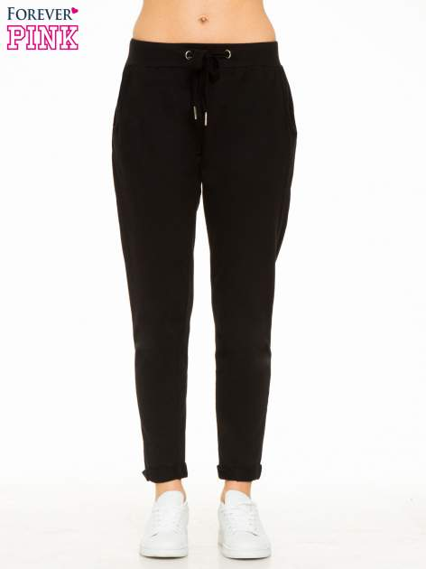 Czarne spodnie dresowe z wywijanymi nogawkami