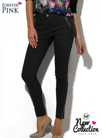 Czarne spodnie ze srebrnymi suwakami
