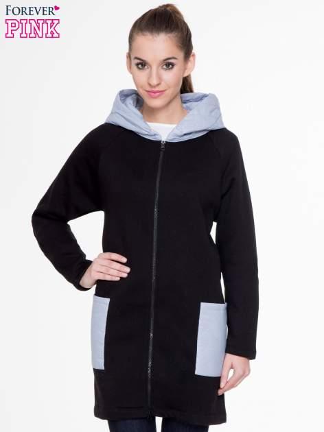 Czarnoszary dresowy płaszcz z kapturem i pikowanymi kieszeniami