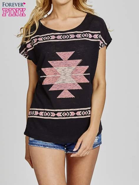 Czarny t-shirt we wzory azteckie z dżetami