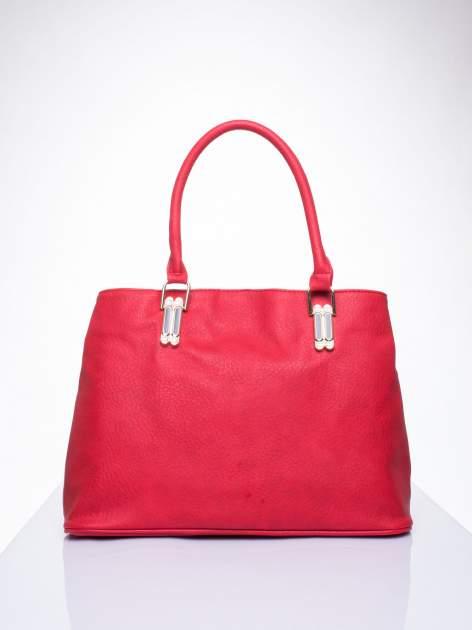 Czerwona torebka ze złotymi okuciami z kryształkami